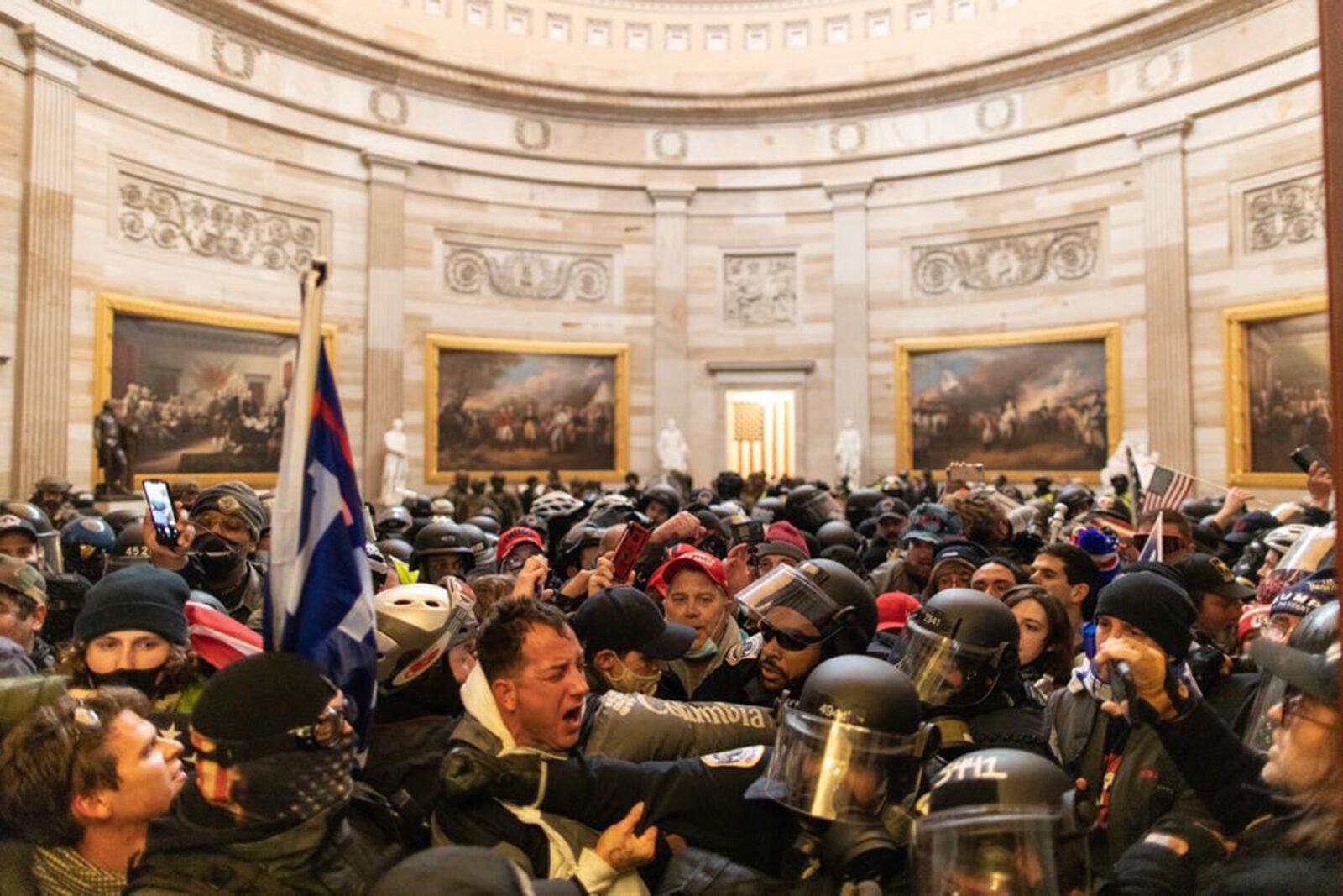 ABD Meclis binası içerisinde polis ile kavga eden Trump destekçileri.