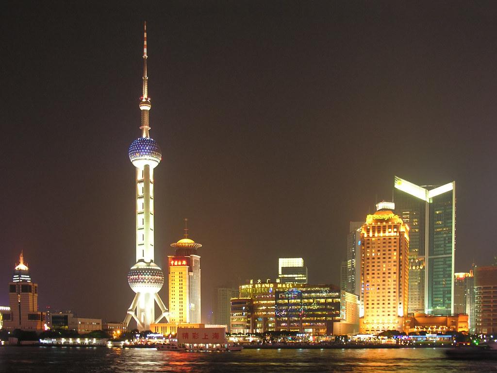 Şangay şehrinin gece silüeti.