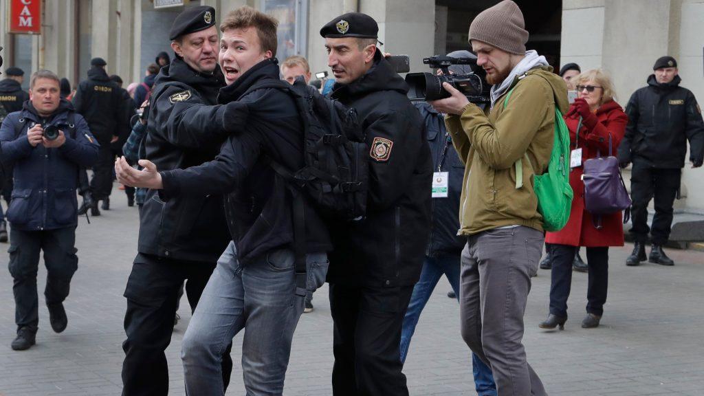 Roman Protasevich'in bir protestoda gözaltına alınma anı.