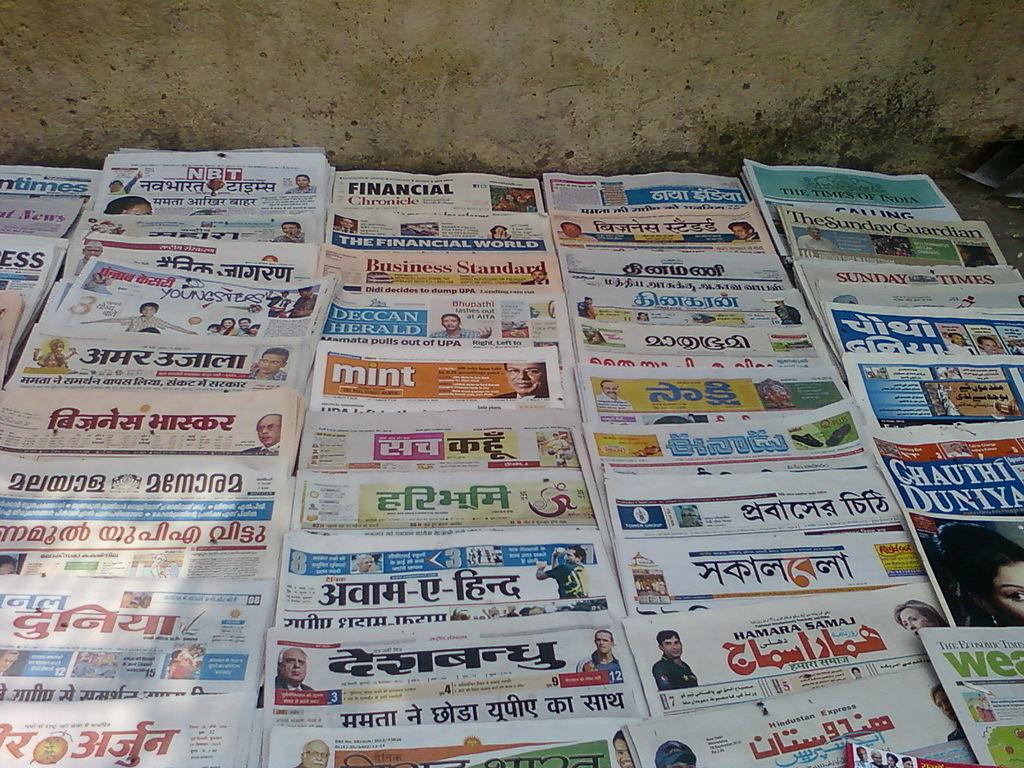 Bir duvar önünde dizili Hindistan'da yayınlanan farklı gazeteler.