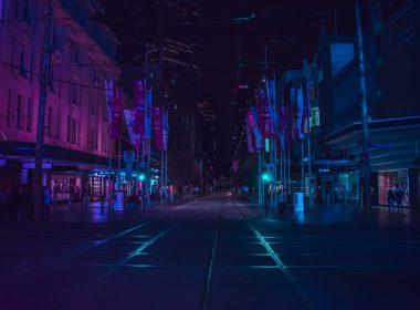 Cyberpunk atmosferde bir sokağın gece görüntüsü.