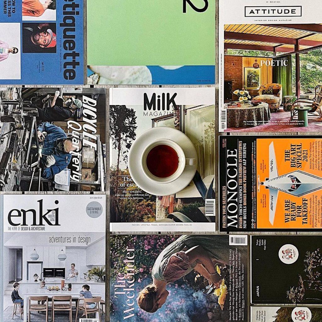 Farklı dergilerin estetik bir şekilde sergilendiği bir görsel.