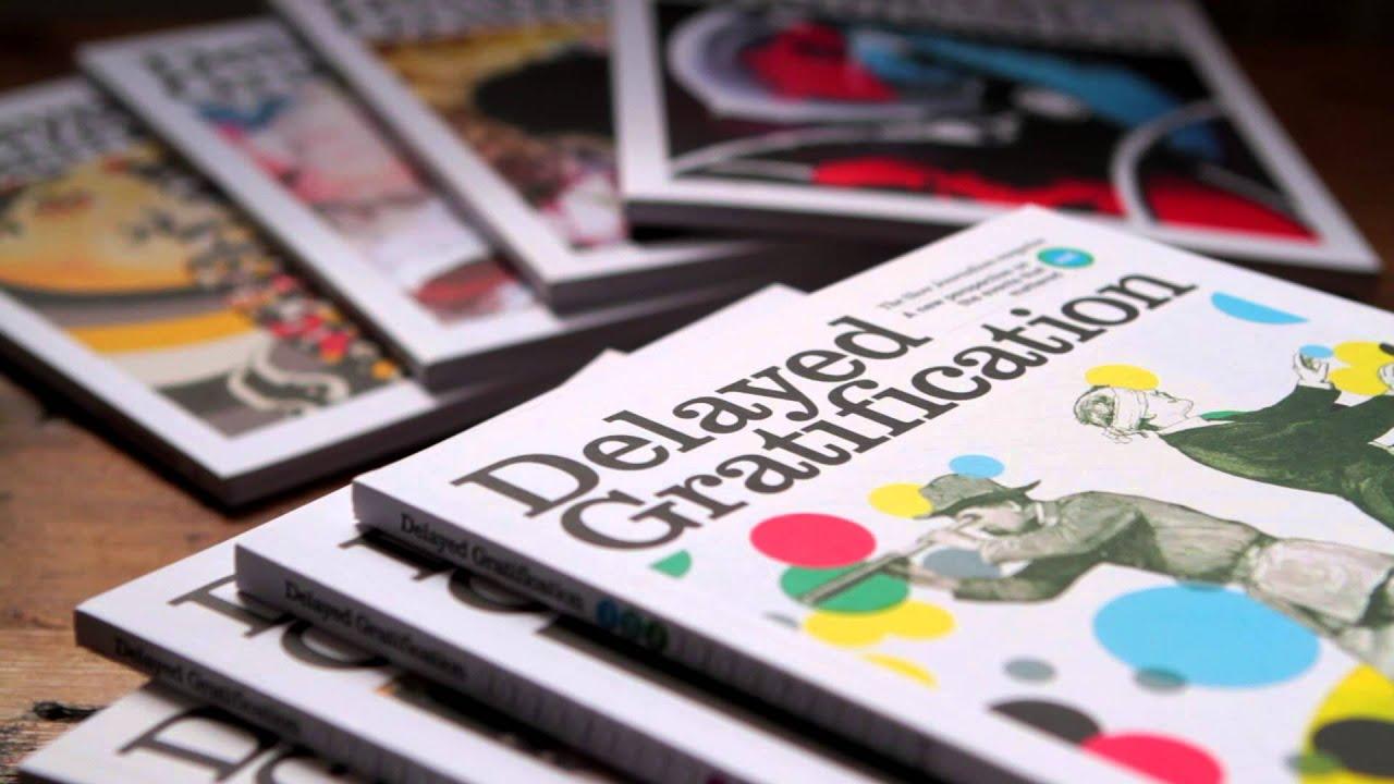 Delayed Gratification dergisinin farklı sayıları bir masa üzerine dizilmiş.