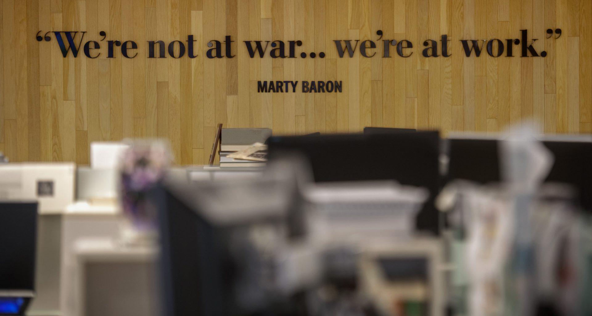 """Washington Post ofisindeki bir duvarda """"we're not at war, we're at work"""" yazıyor."""