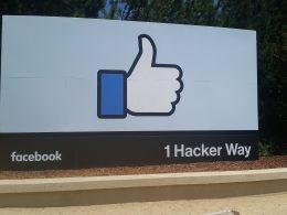 Facebook kampüsü girişindeki tabela. Üstte meşhur beğen sembolü, altta adres yer alıyor.