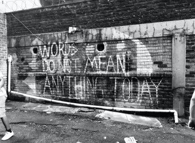 """Bir duvar yazısının fotoğrafı. Duvarda """"words do not mean anything today"""" yazıyor."""