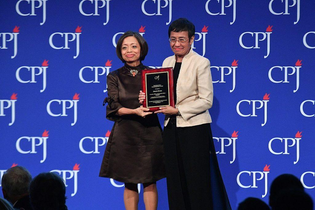 Maria Ressa'nın 2018 yılında katıldığı bir ödül töreninde çekilmiş fotoğrafı.